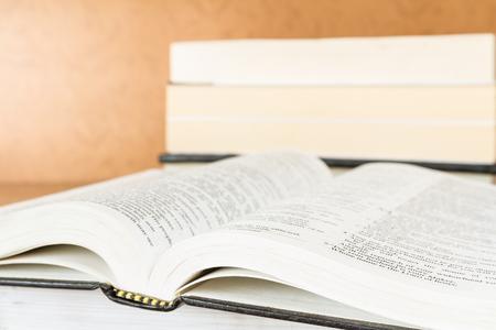 libro abierto: libros abiertos sobre una mesa de madera