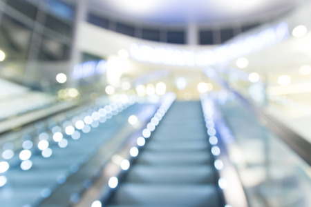 bajando escaleras: difuminar escaleras mec�nicas en el centro comercial con bokeh para el fondo