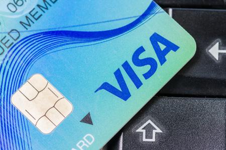 tarjeta visa: CHIANG MAI, Tailandia - Feb 9, 2016: primer disparo de la tarjeta de cr�dito VISA emitida por el teclado de ordenador