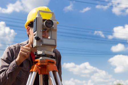 topografo: Ingenieros encuesta columnas de línea para la construcción de edificios.