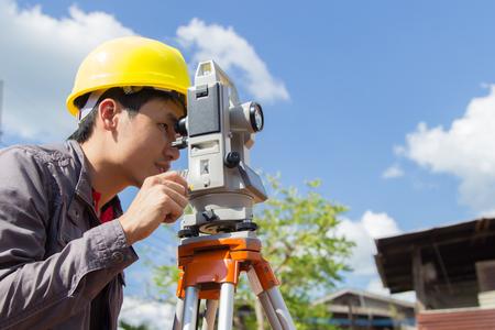 Gli ingegneri sondaggio colonne di linea per la costruzione di edifici. Archivio Fotografico - 47862701