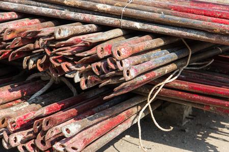 andamios: andamios de almacenamiento en el sitio de construcción. Foto de archivo
