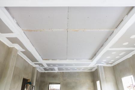 Costruire il soffitto di pannelli in gesso in cantiere Archivio Fotografico - 60049555