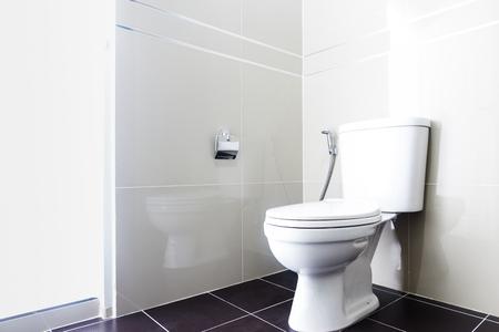 #65983089   Modernes Design Haus Bad Weiße Sanitärkeramik Im Badezimmer