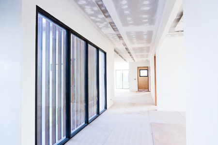 Stanza vuota di build interna soffitto cartongesso e Aria condizionata in cantiere Archivio Fotografico - 65983397