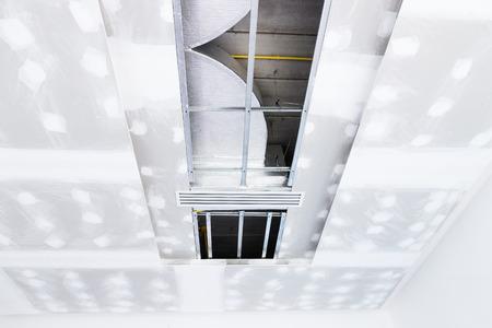 Stanza vuota di build interna soffitto cartongesso e Aria condizionata in cantiere Archivio Fotografico - 65983421