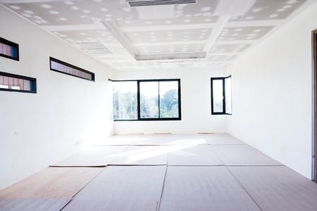 空の部屋内部ビルド石膏ボード天井、エアコンの工事現場で