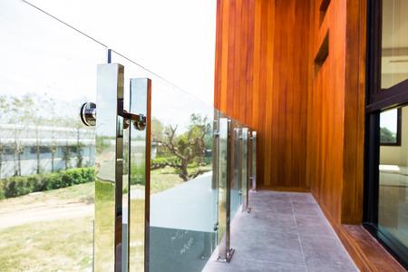 Moderne aluminium rail en gehard glas in huisstijl
