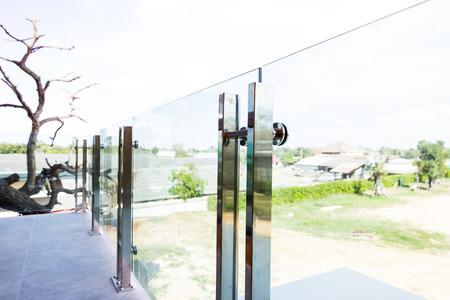 Rangement en aluminium moderne à style moderne et verre trempé Banque d'images - 74698100