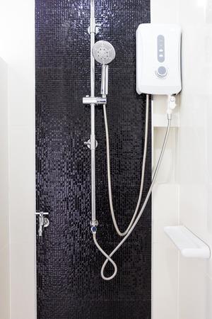 Maison au design moderne Chauffe-eau et sanitaires dans la salle de bain