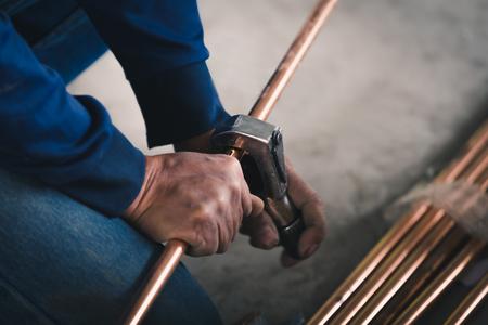 travailleur de l & # 39 ; industrie travailleur travailleur coupé avec l & # 39 ; outil de tuyau de soudage de l & #