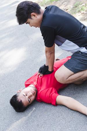 公園で心臓発作を起こした人とCPR 写真素材