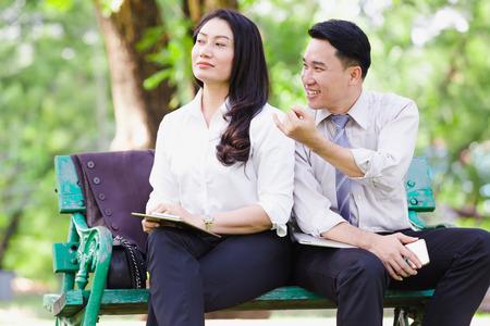 Los pares asiáticos del negocio reconcilian en el parque, concepto de los pares del negocio