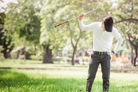 Aziatische mensen boze golfspeler die zijn club proberen te breken