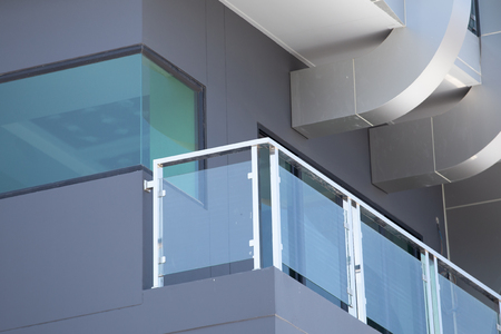 Construction modern style aluminum rail and fall protection tempered glass