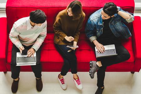 Azjatycka różnorodność Ludzie Połączenie Studenci uczący się edukacji w mediach społecznościowych