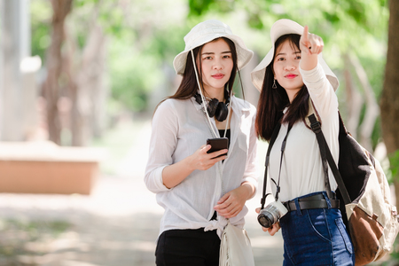 Asian young girls and friends Traveler in city Imagens