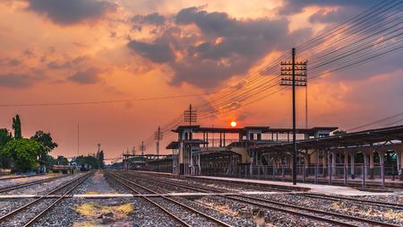 odkryty krajobraz kolejowy dworzec kolejowy zachód słońca w tle Zdjęcie Seryjne