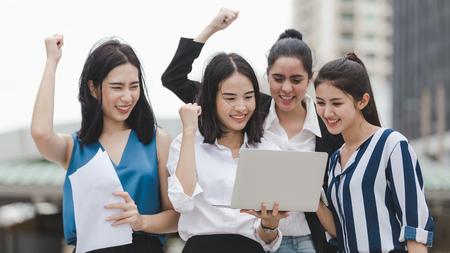 Grupo de mujeres empresarias asiáticas disfrutan de trabajador al aire libre, concepto de éxito empresarial