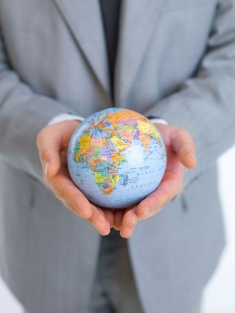 holding globe: Primo piano di mezza et� uomo d'affari azienda globo modello