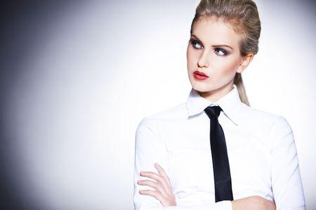 mujer con corbata: Retrato de mujer de negocios urbano llevar corbata