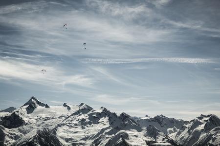 kitzsteinhorn: Beautiful mountain landscape with paraglider (Kitzsteinhorn ski resort view)