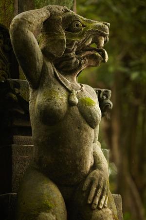 tete chien: Une des statues d'esprit balinais avec t�te de chien et corps de la femme Banque d'images