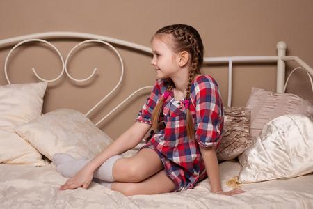 Kleines Mädchen im Studio täuscht, Hamming, Posing, Spaß haben, das Leben zu genießen, unbeschwerte Kindheit