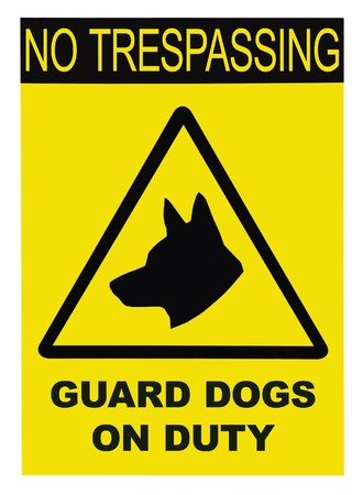 no trespassing: Tri�ngulo negro amarillo no pasar Guard Dogs On Duty texto firmar, aislado