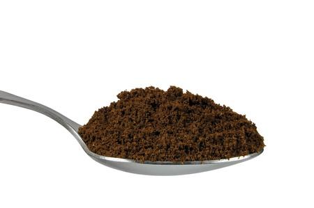 Cucharada de caf� Arabica tostado medio del suelo fino para espresso, cucharadita aislado closeup de macro