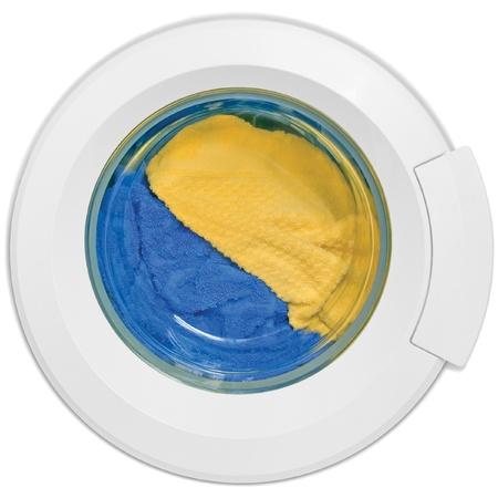 detersivi: Porta di macchina di lavaggio, vestiti puliti colorati, gialli, blu terry peluche, isolato