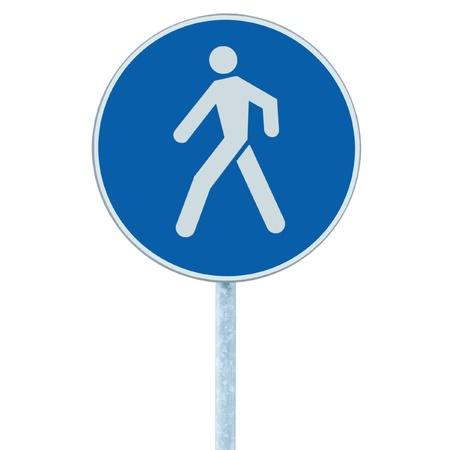 Voetgangers lopen rijstrook loopbrug voetpad verkeersbord op pool post, grote blauwe ronde geïsoleerde route verkeer langs de weg borden Stockfoto