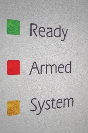 alarme securite: Arm� d'accueil d'alarme de s�curit� panneau de syst�me de macro closeup, vert, rouge, jaune pr�ts feux de signalisation ensemble