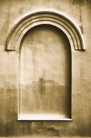 faux: Vecchio vecchio intonaco finto arco falsa falsa finestra di stucco cornice copia spazio sfondo, dark light beige struttura seppia