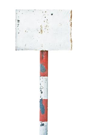 Roestig metalen bord bewegwijzering, in de leeftijd oude verweerde witte geïsoleerde lege lege uithangbord rechthoek kopie ruimte, rechthoekige plaat waarschuwing wegwijzer pool post achtergrond, vintage grunge