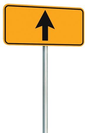 Ga rechtdoor, route, weg teken, gele geïsoleerde kant van de weg het verkeer bewegwijzering, alleen op deze manier richting aanwijzer perspectief, zwarte pijl kader roadsign, grijs pool post