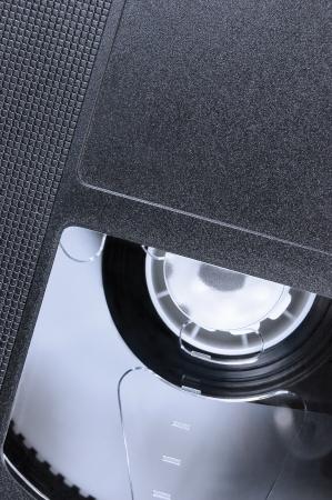 videocassette: VHS Tape Macro Zoom, gran detalle de fondo negro retro cassette de cinta de vídeo, epmty vertical, espacio de la copia en blanco de época Foto de archivo
