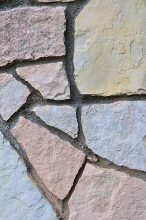 calcium carbonate: Pietra muro di sfondo, verticale Stonewall primo piano, decorativo calcare dolomitico di carbonato di calcio duro sedimentaria ardesia lastra texture roccia, muro di mattoni texture naturale in beige, grigio, giallo, rosso, grigio, rosso