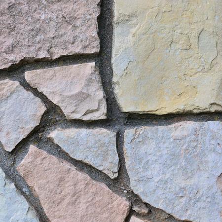 calcium carbonate: Recinto di pietra sfondo, verticale STONEWALL primo piano, decorativo calcare dolomite carbonato di calcio duro sedimentaria lastra di ardesia modello rock texture, strutturato muro di mattoni naturale beige, grigio, giallo, rossastro, grigio, rosso