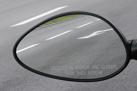 lineas blancas: Espejo retrovisor con objetos de texto de advertencia en el espejo est�n m�s cerca de lo que parecen, lo que refleja la carretera, lado lateral izquierda, primer macro, asfalto fondo del asfalto reflexi�n, l�neas blancas, flechas marcando