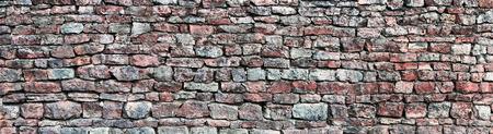 calcium carbonate: Panorama Muro di pietra, panoramico modello STONEWALL fondo, vecchio et� compresa tra resistito rosso e grigio grunge calcare dolomitico carbonato di calcio duro sedimentaria ardesia lastra struttura della roccia, naturali mattoni texture grungy, beige, giallo, rossiccio, mattoni grigi annata c
