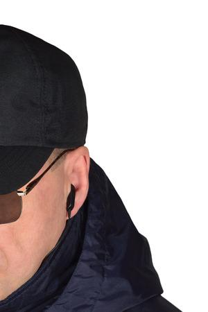 agent de s�curit�: La s�curit� de la police policier du personnel de garde �couter secr�tement sur la situation SpecOp de champ, isol� agent infiltr� secr�te �couteur de surveillance des op�rations agrandi, l'ethnicit� europ�en caucasien, grande photo verticale d�taill�e studio, specops noires de tac agent de flic