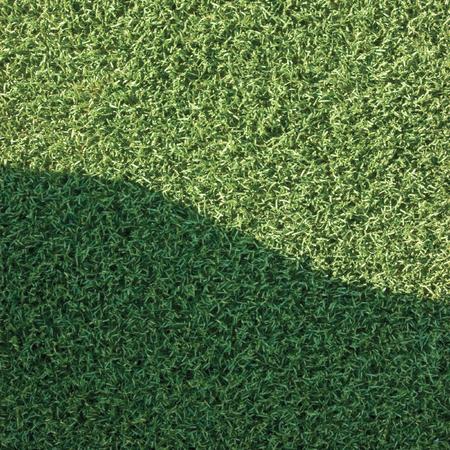 pasto sintetico: El césped artificial falso césped campo de césped sintético primer macro con zona de sombra con sombra suave, deportes verdes textura de fondo con sombra