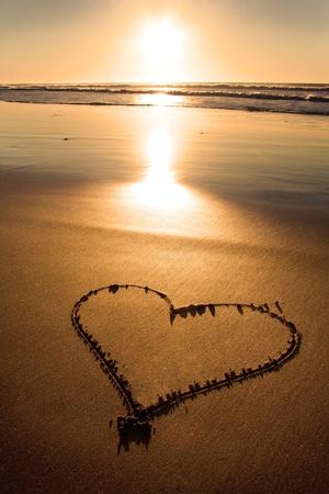 cuore in mano: Sentito disegnato nella sabbia sulla costa atlantica