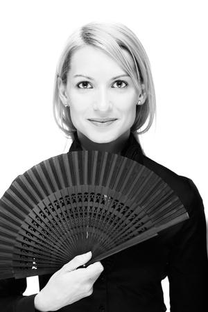 Portret van een succesvolle, elegant, aantrekkelijke, zakenvrouw dragen zwarte blouse bedrijf vouwen ventilator.