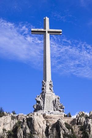 memorial cross: Valle de los ca�dos - un memorial dedicado a todas las v�ctimas de la guerra civil espa�ola. Editorial
