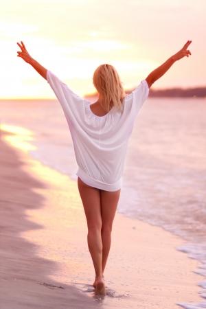 Attraktive Dame auf dem sandigen tropischen Strand in saunse