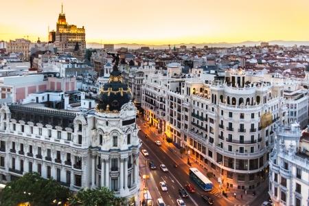 городской пейзаж: Панорамный вид с воздуха Gran Via, главной торговой улице в Мадриде, столице Испании, Европе