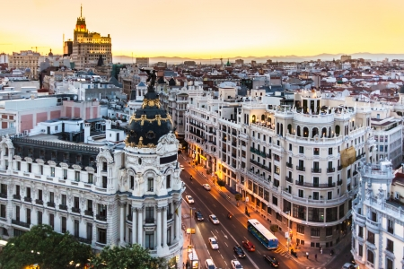 aerial: Vista panoramica aerea della Gran Via, principale via dello shopping di Madrid, capitale della Spagna, Europa