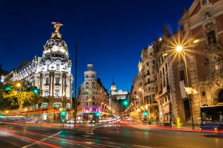 Raggi di semafori su Gran Vía, la strada principale dello shopping a Madrid durante la notte. Spagna, Europa.